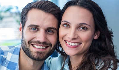 close up of smiling couple with healthy smiles